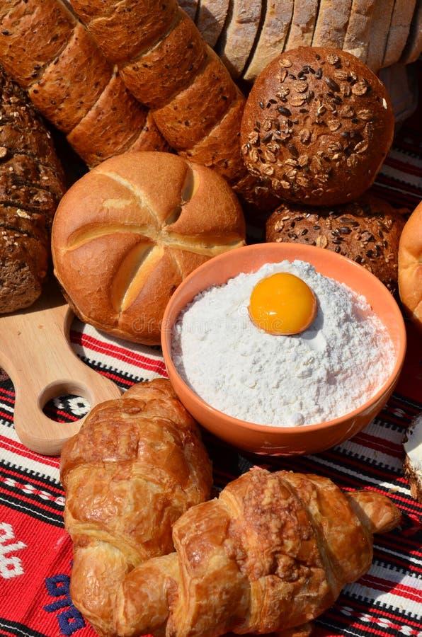 Productos de la panadería: pan, rodillos y croissants fotografía de archivo libre de regalías