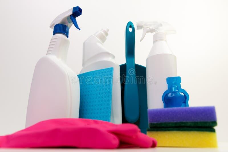 Productos de limpieza en un fondo blanco foto de archivo