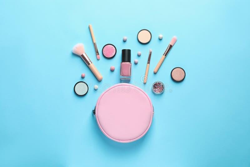 Productos de maquillaje con el bolso cosmético fotos de archivo