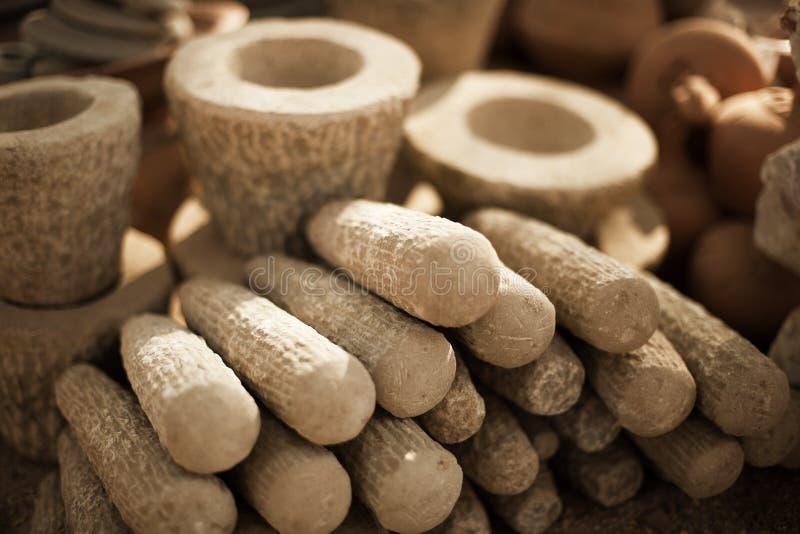 Productos de piedra en mercado en Myanmar. Los morteros y las majas cierran u imágenes de archivo libres de regalías