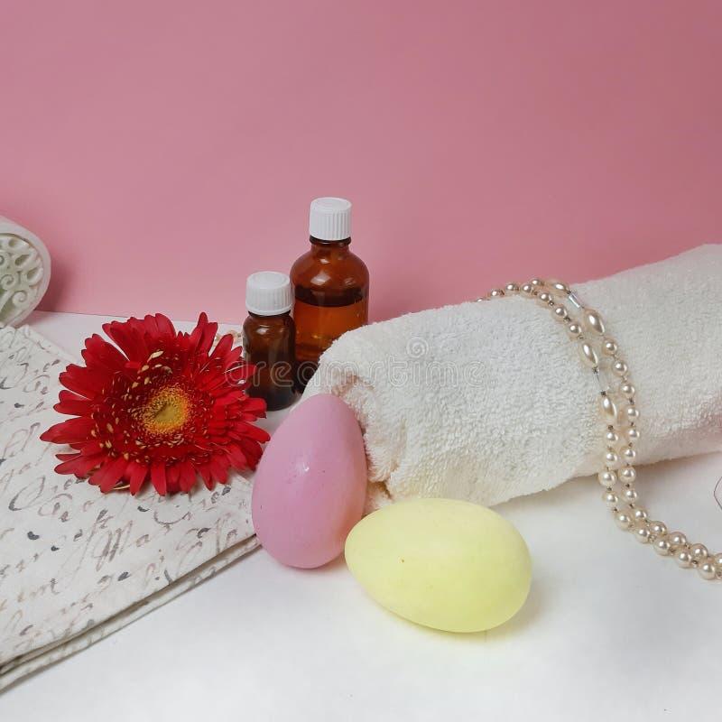 Productos del balneario del día de fiesta de Pascua en fondo rosado foto de archivo libre de regalías