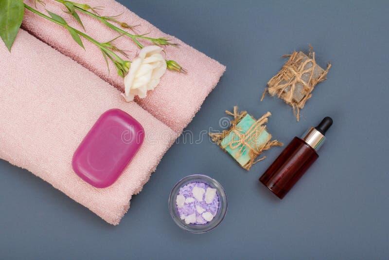 Productos del balneario para el cuidado del facial y del cuerpo Sal del mar, jabón hecho en casa y aceite fotos de archivo libres de regalías