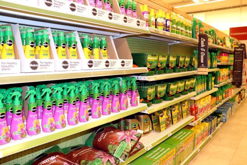 Productos del césped y del jardín en una tienda imagen de archivo
