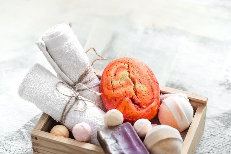 Productos del cuidado de la belleza en caja de madera jabón, toalla con la bomba anaranjada del baño Balneario o concepto de la h foto de archivo libre de regalías