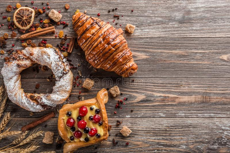 Productos dulces de la harina, cubos del azúcar crudo, canela y semillas secadas imagen de archivo