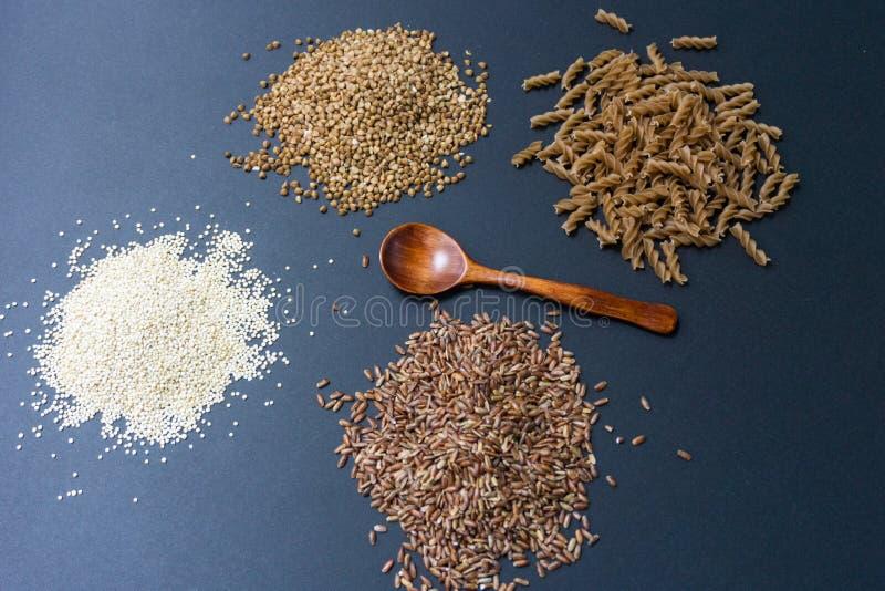 productos Gluten-libres: el alforfón, quinoa, polba del einkorn, deletreó, eincorn, las pastas del trigo del emmer y los tallarin fotos de archivo