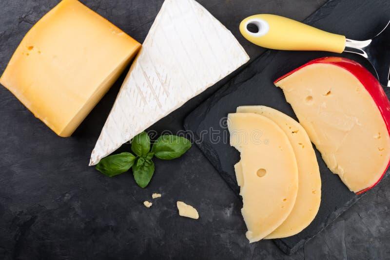 Productos lácteos deliciosos en la tabla imagenes de archivo