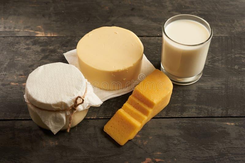 Productos lácteos deliciosos en una tabla de madera imagen de archivo