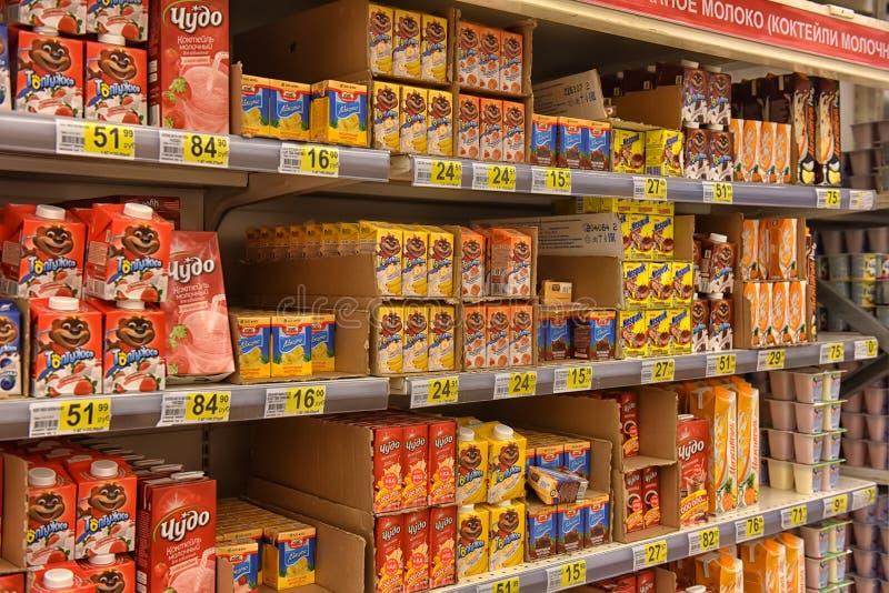 Productos lácteos en los estantes en el supermercado fotos de archivo