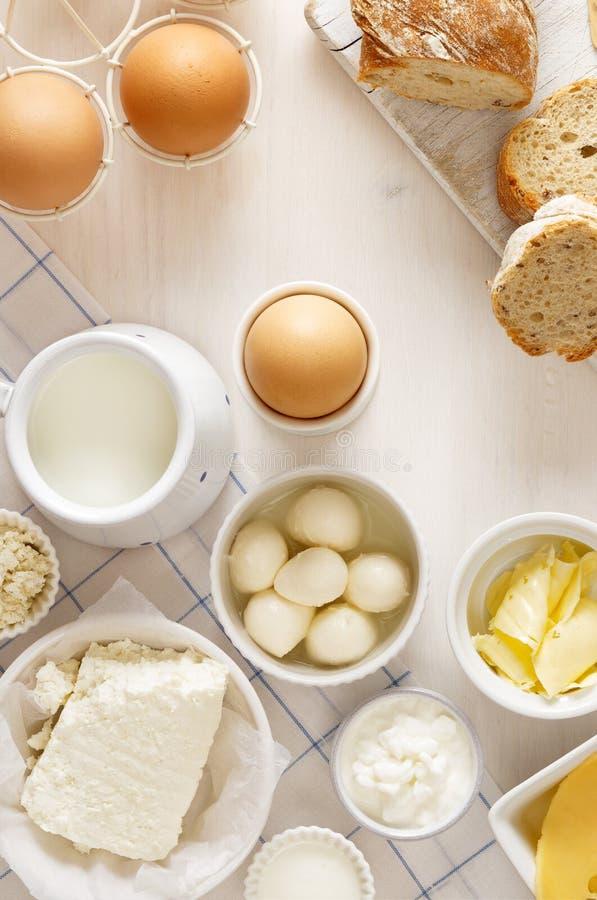 Productos lácteos en una tabla blanca imagenes de archivo