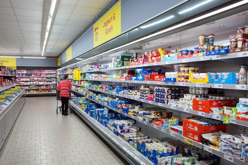 Productos lácteos en una tienda imagen de archivo libre de regalías