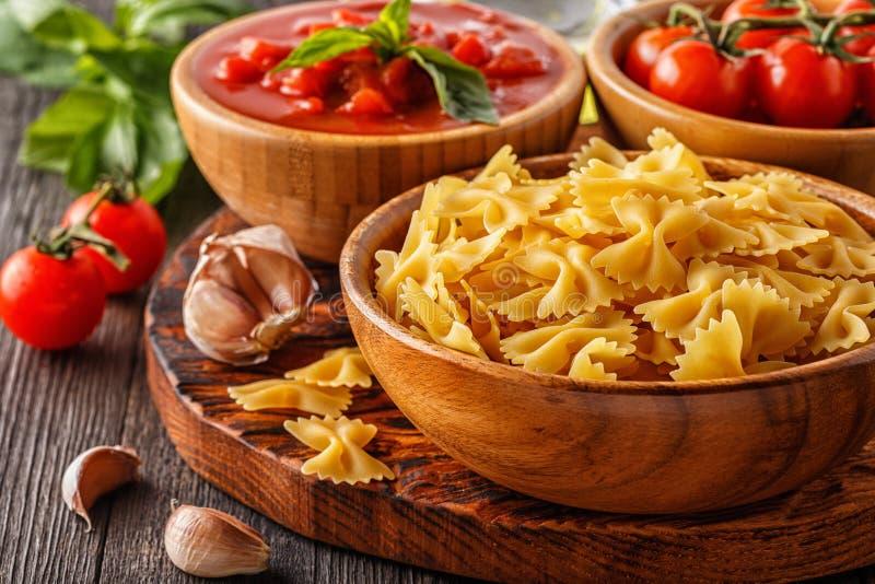 Productos para cocinar - pastas, tomates, ajo, aceite de oliva foto de archivo libre de regalías