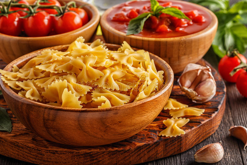 Productos para cocinar - pastas, tomates, ajo, aceite de oliva fotografía de archivo