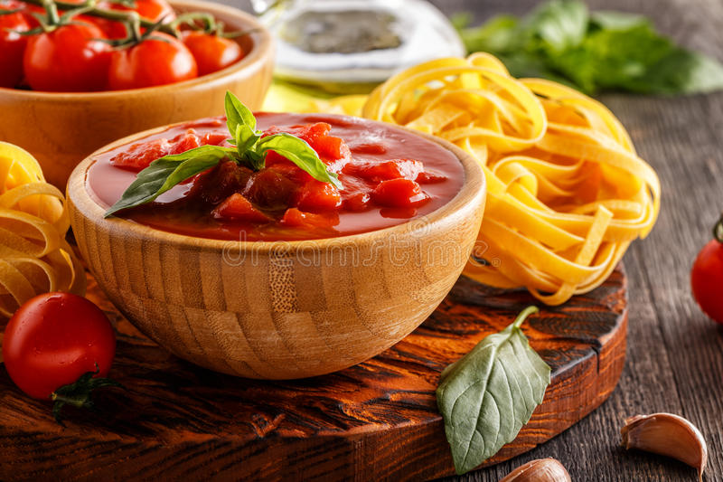 Productos para cocinar - salsa de tomate, pastas, tomates, ajo, ol fotografía de archivo