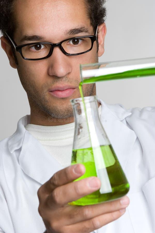 Productos químicos de colada del científico fotos de archivo