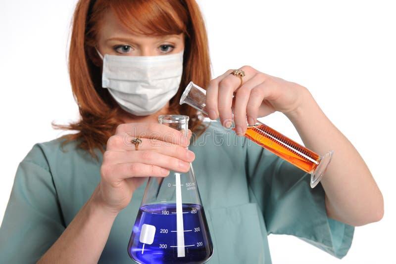 Productos químicos de mezcla de Technitian del laboratorio fotografía de archivo libre de regalías