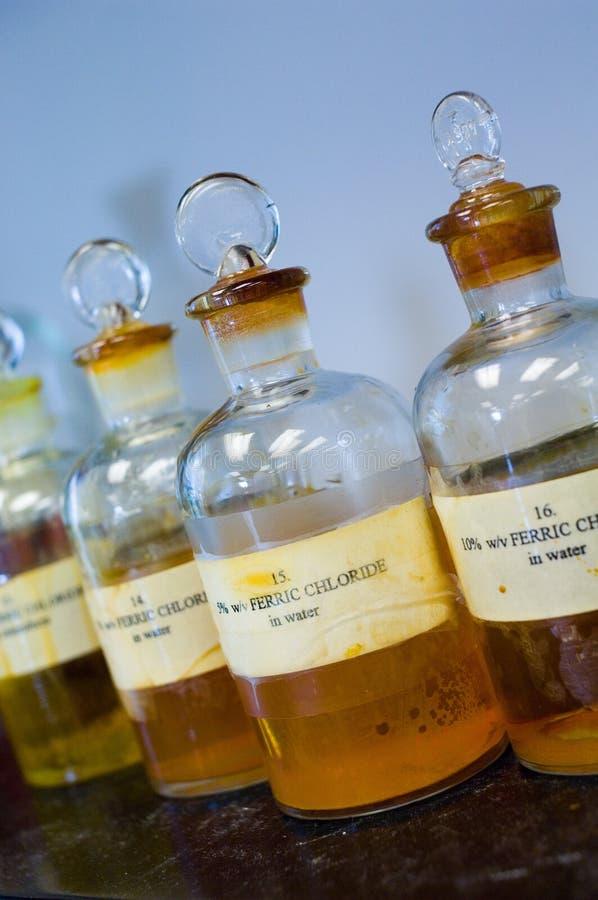 Productos químicos en botella del laboratorio imagenes de archivo