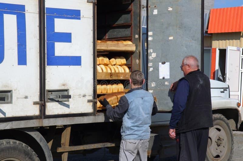 Productos que cargan de la furgoneta del pan de la panadería fotografía de archivo