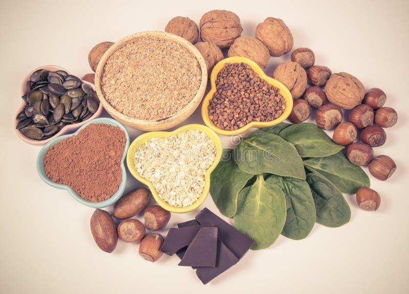 Productos que contienen el magnesio Alimento sano Fondo blanco foto de archivo
