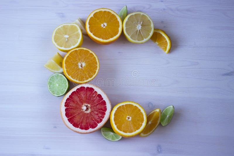 Productos que contienen la vitamina C aislada fotos de archivo libres de regalías