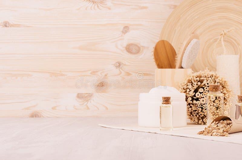 Productos rústicos tradicionales delicados de los cosméticos para el cuidado del cuerpo y de piel en el tablero de madera beige,  imagen de archivo