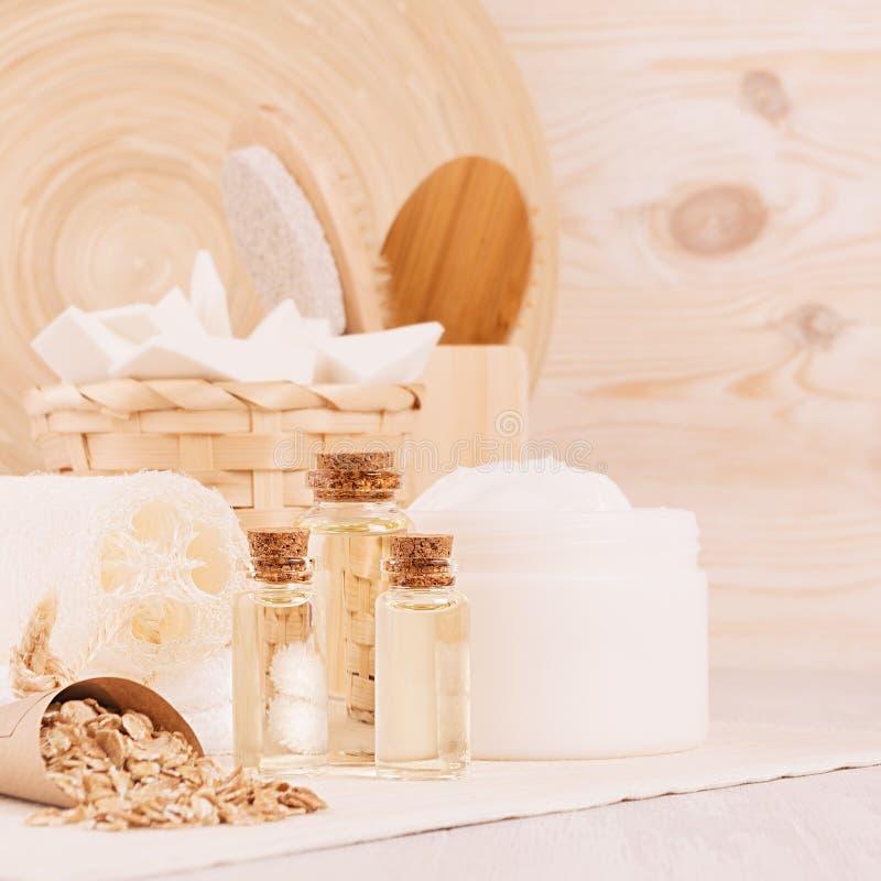 Productos rústicos tradicionales delicados de los cosméticos para el primer del cuidado del cuerpo y de piel en el tablero de mad foto de archivo libre de regalías