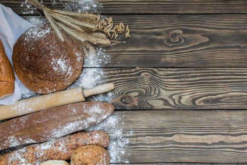 Productos recientemente cocidos del pan en fondo de madera imagen de archivo libre de regalías