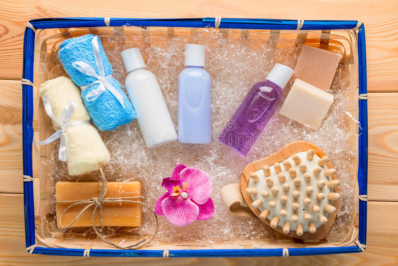 Productos y accesorios de higiene en una cesta de la paja imagen de archivo