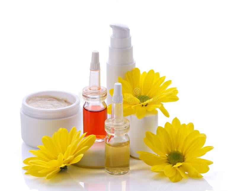 Productos y flores de los cosméticos fotografía de archivo