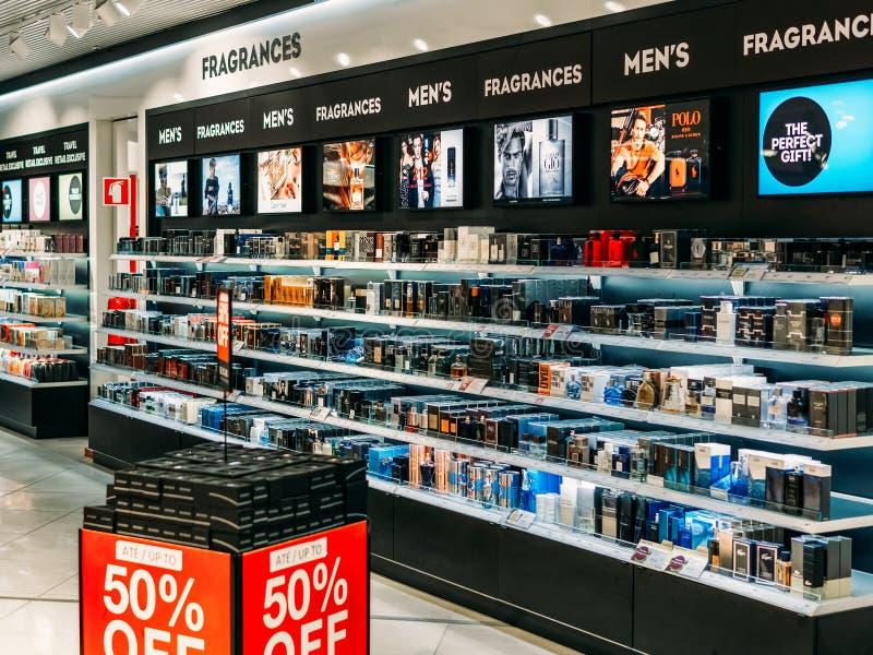 Productos y perfume cosméticos de las mujeres para la venta en tienda de belleza imágenes de archivo libres de regalías