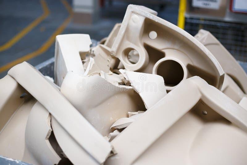 Produit défectueux de toilettes cassées dans l'atelier photographie stock libre de droits