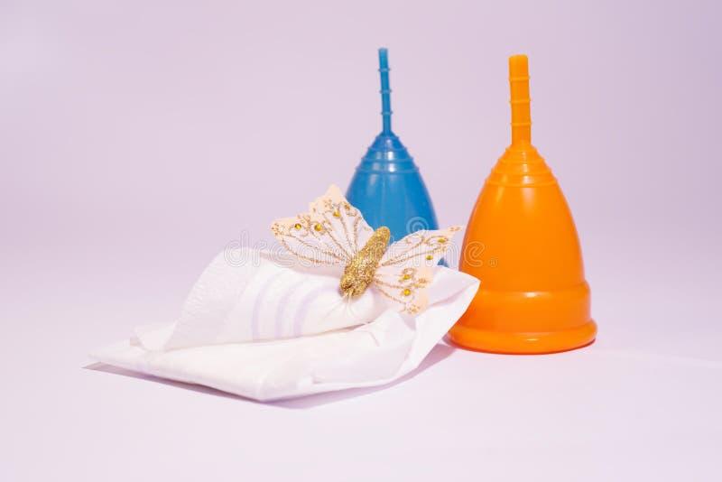 Produit d'hygiène féminin - tasse menstruelle images stock