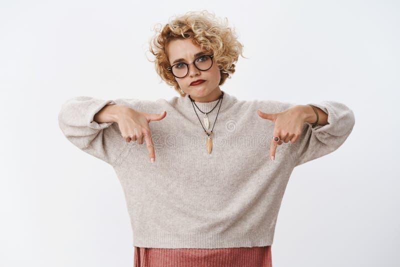 Produit de Lame Portrait de femelle attirante sombre contrariée et déçue dans les verres 20s et le chandail de port images libres de droits
