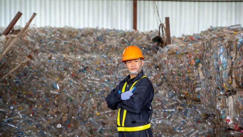 Produit en plastique réutilisé par contrôle d'ingénieur l'usine de recyclage des déchets photos libres de droits