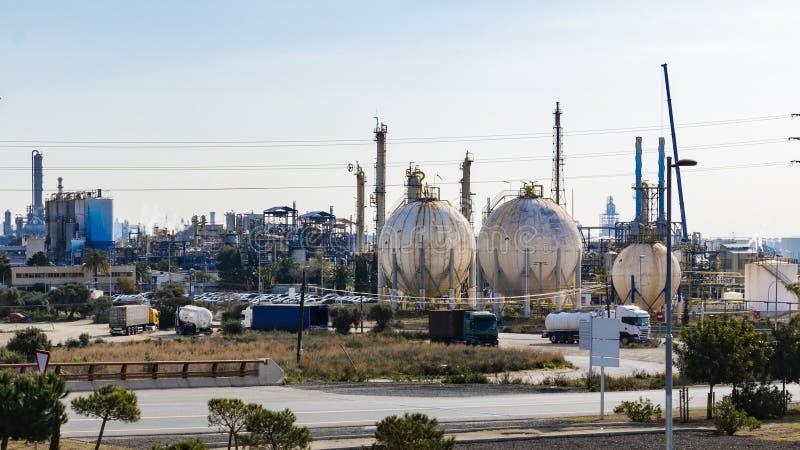 Produit pétrochimique et industries Aspect de raffinerie images stock