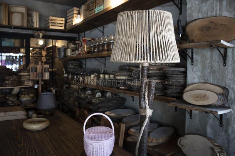 Produits à la maison en bois de décor Produits de travail du bois Lumière de nuit faite de bois Le magasin a été tiré  photo libre de droits