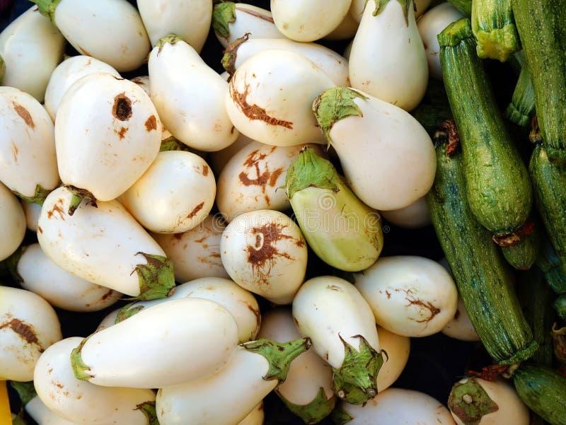 Produits agricoles organiques frais, aubergines blanches et courgettes photos stock