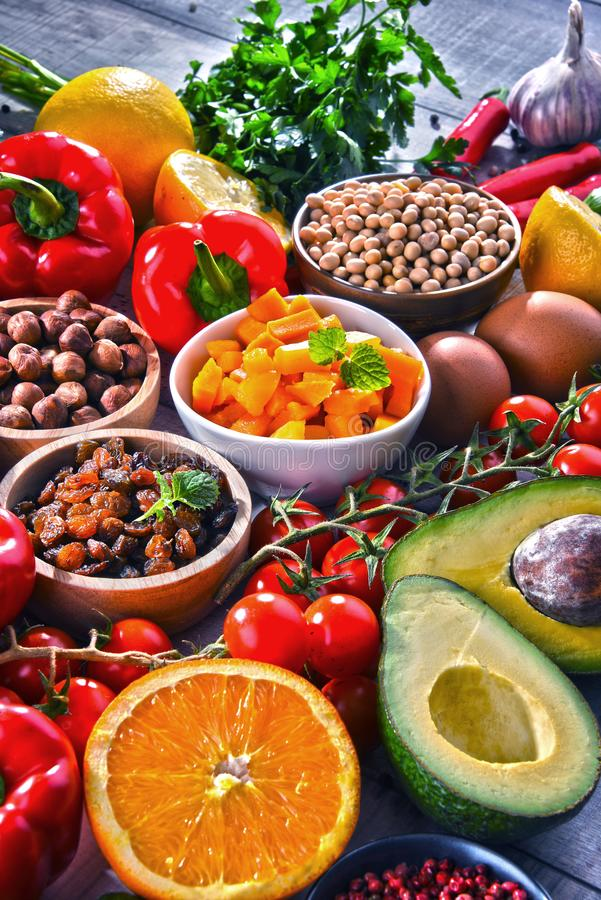 Produits alimentaires d'aliment biologique assortis sur la table photographie stock