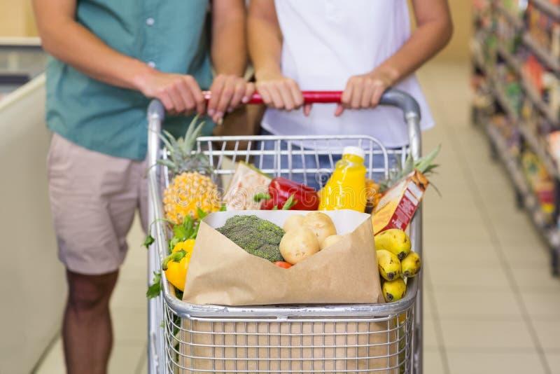 Download Produits Alimentaires De Achat De Couples Lumineux Photo stock - Image du organique, homme: 56488250