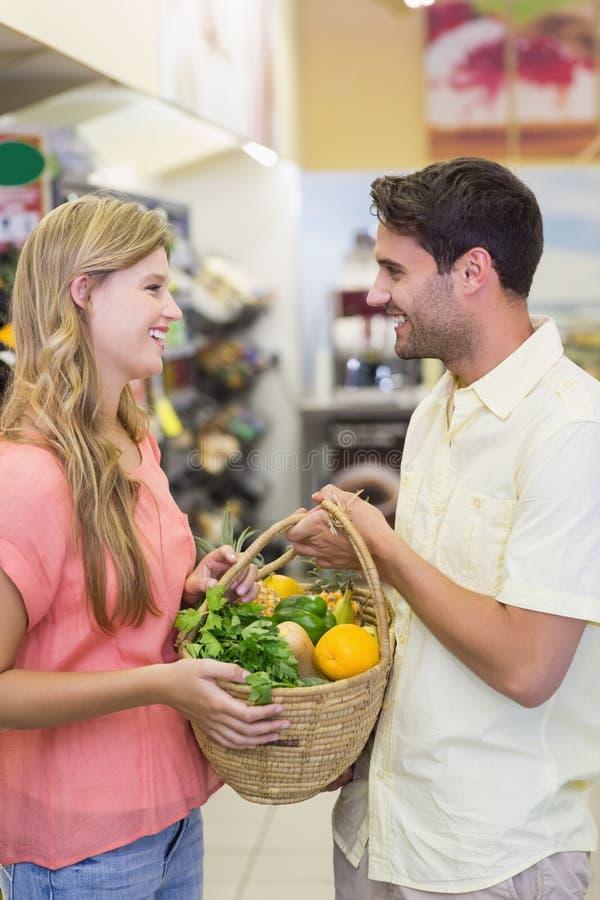 Download Produits Alimentaires De Achat De Sourire De Couples Lumineux Photo stock - Image du femelle, homme: 56487616