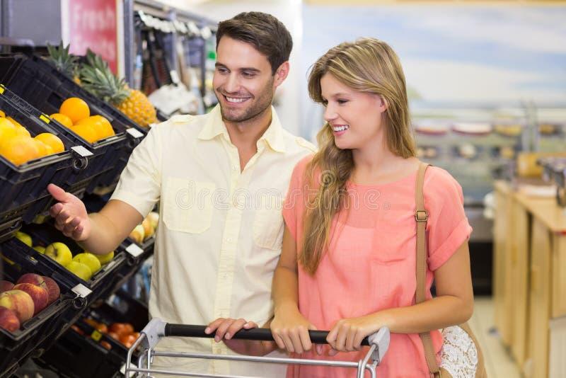 Download Produits Alimentaires De Achat De Sourire De Couples Lumineux Photo stock - Image du propre, consommationisme: 56487706