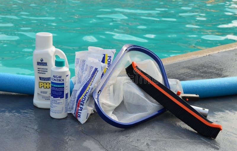 Produits chimiques de piscine par la piscine photos stock