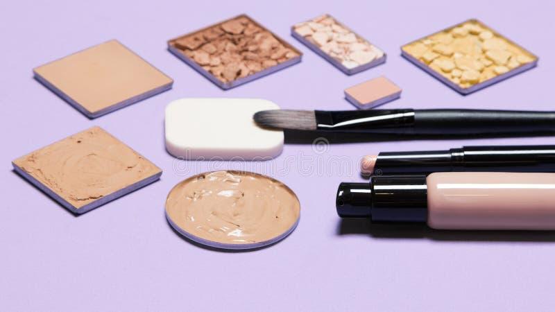 Produits cosmétiques pour le maquillage correctif photographie stock libre de droits