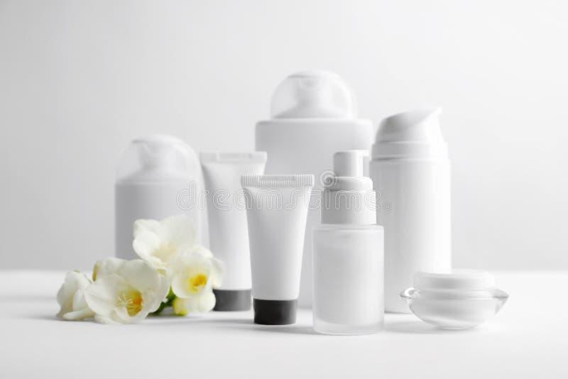 Produits cosmétiques sur la table photo libre de droits