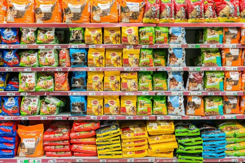 Produits d'aliments pour chiens photographie stock libre de droits