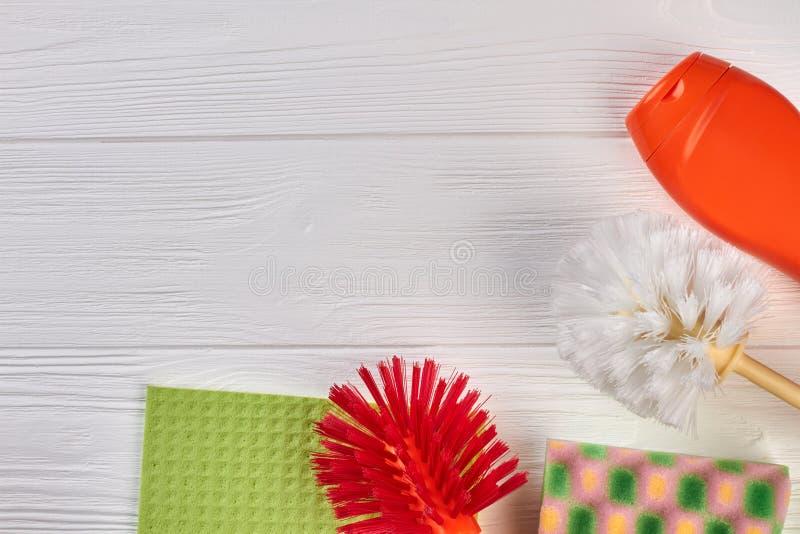 Produits d'entretien de Chambre sur la table en bois photos libres de droits