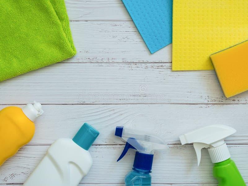 Produits d'entretien de Chambre sur le fond en bois blanc avec l'espace de copie Concept d'hygiène et de propreté image stock