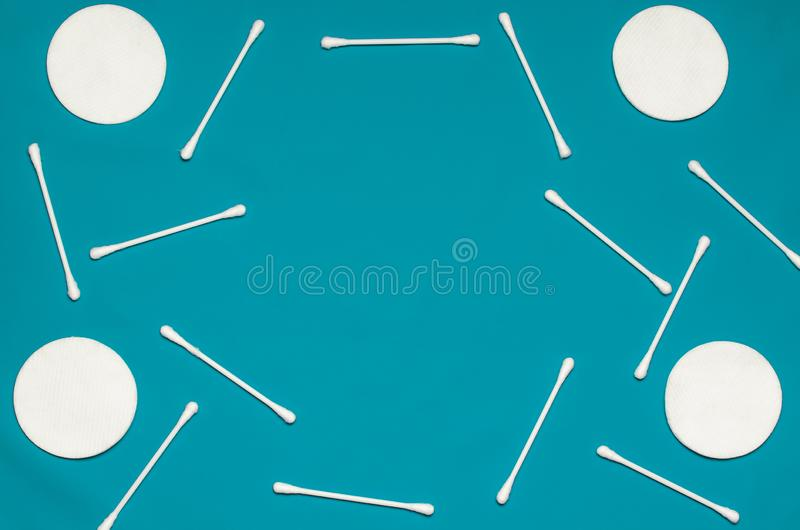 Produits d'hygiène : les protections de coton de rond et les tampons de coton blancs sont sur le fond coloré photographie stock