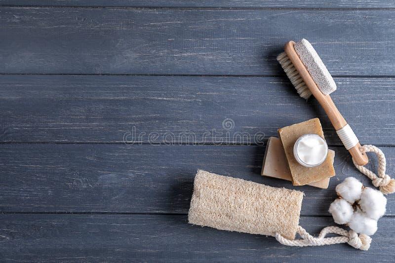 Produits de Bath avec le luffa et la brosse sur la table en bois foncée images stock