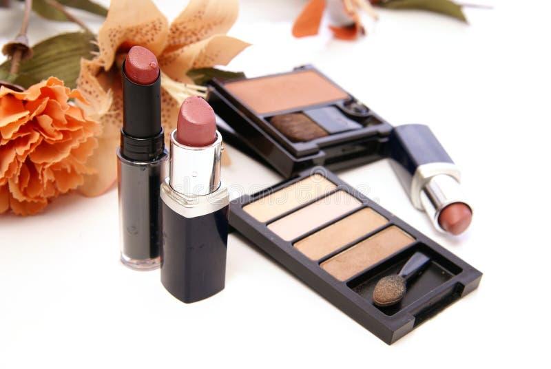 Produits de beauté et fleurs photos stock